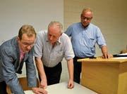 Nach abgeschlossener Diskussion mit der Bevölkerung bespricht Ratsschreiber Magnus Brändle mit Otto Mattle und Elmar Steiger (von links) die Details des Projektes. (Bild: Peter Jenni)