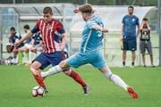 Alan Nabarro (links, gegen Zugs Valentin Bagavac) will dem FC Rotkreuz zum Aufstieg verhelfen.