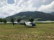 Ein Polizeihelikopter beteiligte sich an der Suche nach einem 30-jährigen Fischer, der im Sihlsee vermisst wird. (Bild: Kantonspolizei Schwyz)