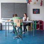 Klassenlehrerin Mirjam Graf beim Englischunterricht im Schulhaus Lehn in Escholzmatt mit Schülern, die vom Jugendhilfe-Netzwerk Integration betreut werden. (Bild: Pius Amrein (Escholzmatt, 29.Mai 2018))