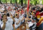 Trikots als Verkaufsrenner: Fans der deutschen Mannschaft vor dem WM-Spiel gegen Costa Rica (Bild: Kevork Djansezian/AP, München, 9. Juni 2006)