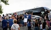 Mehr als den Spielern im Mannschaftsbus zuzuwinken, lag für die Tifosi während des Aufenthalts der Italiener in St.Gallen nicht drin. (Bild: Ralph Ribi)