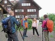 Gefilmt wurde von Jelena Gernert und Max Bruggmann auch vor der Besenbeiz im Högli, wo Victor Rohner von Schülerin Jana über die stark eingeschränkten Öffnungszeiten ins Bild gesetzt wird. (Bild: PE)