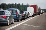 Wer auf der Autobahn unterwegs ist, wird immer wieder auf die Geduldsprobe gestellt. (Archiv/Keystone (Symbolbild)