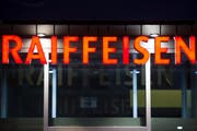 Computerpanne bei Raiffeisen Schweiz: Aufgrund eine technischen Störung bei einem externen Provider wurden falsche Kundendaten verschickt. (Bild: Keystone)