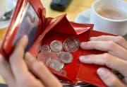 Wenn man sich eigentlich nicht einmal den Kaffee auswärts leisten sollte: Vielen Menschen mit Geldproblemen fällt es schwer, auf den Restaurantbesuch zu verzichten. (Keystone)
