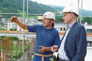 Thomas Dittrich, CEO der Han's Europe AG (rechts), mit Polier Martin Röthlin auf der Baustelle des Hotels Titlis Palace in Engelberg. (Bild: PD)
