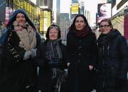 Eine der wenigen öffentlichen Aufnahmen der umstrittenen Autorin Karin Bauer (Mitte rechts) während eines Dokumentarfilms über Schweizerinnen in New York. (Bild: srf)