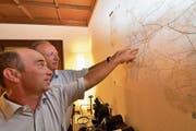 Stadtrat Stefan Koster und Stadtpräsident Martin Salvisberg schauen sich im grossen Sitzungszimmer des Stadthauses den Plan mit den Flurstrassen auf dem Gemeindegebiet an. (Bild: Manuel Nagel)