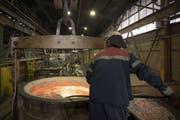 Ein Arbeiter der Firma Trimet Aluminium SE im deutschen Essen. Bild: Jasper Juinen/Bloomberg
