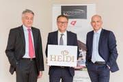 Von links: Hans Rudin, Inhaber und Geschäftsführer der Chocolat Schönenberger, Gerald Neumair, Verwaltungsrats-Präsident der Heidi Chocolat Group und Philippe Scherer, künftiger Schönenberger-Geschäftsführer. (Bild: PD)