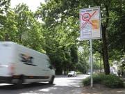 Ein Strassenschild in Hamburg verbietet älteren Dieselfahrzeugen, die nicht die Euro-Norm 6 erfüllen, die Durchfahrt. (Bild: KEYSTONE/EPA/FOCKE STRANGMANN)