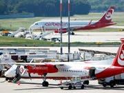 Wer von einem EU-Flughafen abfliegt und seinen Anschlussflug in einem Land ausserhalb der EU verpasst, hat das Recht auf eine Entschädigung. Dies aber nur, wenn die beiden Flüge Teil einer einzigen Buchung waren, hat der EU-Gerichtshof in Luxemburg am Donnerstag entschieden. (Bild: KEYSTONE/EPA/FELIPE TRUEBA)