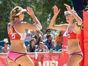 In Kalifornien trotz erster Niederlage noch im Rennen: das Schweizer Beachvolleyball-Duo Nina Betschart (li.) und Tanja Hüberli (Bild: KEYSTONE/APA/APA/GEORG HOCHMUTH)