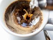 Nestlé will laut Medienberichten von Starbucks das Retailgeschäft rund um fertigen Kaffee, Getränke und Bohnen übernehmen. (Symbolbild) (Bild: KEYSTONE/GAETAN BALLY)