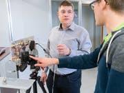 Rolf Vogt von der Berner Fachhochschule (BFH) (links) hat ein System entwickelt, das Personen durch Wände hindurch aufspüren kann. Dies könnte beispielsweise bei Rettungseinsätzen hilfreich sein. (Bild: BFH)