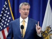 New Yorks Bürgermeister De Blasio sieht in der kontrollierten Heroinabgabe einen möglichen Weg, um dem zunehmenden Missbrauch von Opioiden Herr zu werden. (Bild: KEYSTONE/AP/JULIO CORTEZ)