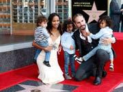 Die 39-jährige US-Schauspielerin Zoe Saldana (2. von Links) hat am Donnerstag ihren Hollywood-Stern gleich mit ihrer ganzen Familie gefeiert. (Bild: KEYSTONE/EPA/MIKE NELSON)