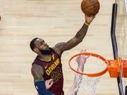 Clevelands Superstar LeBron James (am Ball) überzeugte mit einer weiteren Galavorstellung (Bild: KEYSTONE/EPA/WARREN TODA)