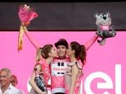 Vorjahressieger Tom Dumoulin lässt sich am Giro-Start 2018 in Jerusalem gleich wieder ins rosafarbene Trikot einkleiden (Bild: KEYSTONE/EPA/ABIR SULTAN)