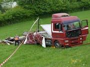 Unten wäre die Autobahn: Lastwagen in Eich rollt rückwärts einen Hang hinunter. (Bild: Luzerner Polizei)