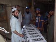 Tote nach Einsturz in Bergwerk in Pakistan: Rettungskräfte bergen ein Opfer aus dem Innern der Kohlemine. (Bild: KEYSTONE/EPA/JAMAL TARAQAI)