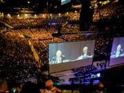 Volles Stadium in Omaha: So sieht die Aktionärsversammlung von Berkshire Hathaway aus. Die Quartalszahlen, die Konzernchef Warren Buffett präsentierte, waren aber rot statt rosig. (Bild: KEYSTONE/AP/NATI HARNIK)