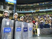 Nach dem Spielabbruch im Istanbuler Derby gegen Fenerbahce vom 19. April wird Besiktas für den kommenden Cup ausgeschlossen (Bild: KEYSTONE/EPA/ERDEM SAHIN)