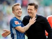 Gut gelaunt in die Schicksalsspiele: Lewis Holtby und Trainer Christian Titz verleihen dem Hamburger SV den nötigen Elan (Bild: KEYSTONE/AP/MICHAEL SOHN)