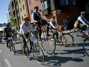 Historische Velos und Kleider: Der Tweed-Run lockte Hunderte nach London. (Bild: KEYSTONE/EPA/NEIL HALL)