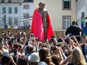 Geschenk aus China: Karl-Marx-Statue bei der Enthüllung in dessen Geburtsstadt Trier am Samstag. (Bild: KEYSTONE/AP/MICHAEL PROBST)