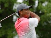 Tiger Woods in ungewohntem farblichem Outfit (Bild: KEYSTONE/AP/CHUCK BURTON)