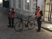 Weil ein Fussgänger auf eine abgesperrte Rennstrecke trat, verletzte sich ein Rennfahrer schwer. (Bild: Kapo Solothurn)