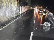 Der Motor wurde beim Unfall aus den Halterungen gerissen und auf die Strasse geschleudert. (Bild: Kapo Graubünden)