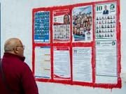 Kandidatenlisten in den Strassen von Tunis. (Bild: KEYSTONE/AP/HASSENE DRIDI)