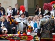 """Neue """"Bodyguards"""" für den Papst: 32 Schweizer - gekleidet in historischer Rüstung - legten im Vatikan ihren Amtseid ab. (Bild: KEYSTONE/AP/ALESSANDRA TARANTINO)"""