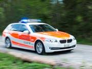 Die St. Galler Polizei verfolgte einen flüchtenden Autofahrer über 50 Kilometer, ehe sie ihn festnehmen konnte. (Symbolbild) (Bild: KEYSTONE/GIAN EHRENZELLER)