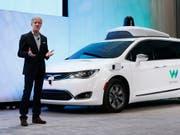 Waymo-Chef John Krafcik vor einem selbstfahrenden Auto. Der Chrysler-Wagen ist mit entsprechenden Sensoren von Waymo ausgestattet. (Symbolbild) (Bild: KEYSTONE/AP/PAUL SANCYA)