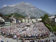 Auch wegen des sonnigen Wetters geriet manch ein Votum an der Landsgemeinde in Glarus etwas länger. (Bild: Keystone/GIAN EHRENZELLER)