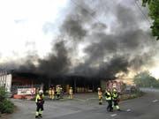 Viel Rauch und hoher Sachschaden: Ein Kleinbus brannte in dieser offenen Einstellhalle in Villmergen AG aus. (Bild: Handout Kantonspolizei Aargau)
