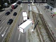 Ein Lastwagen-Anhänger ist im im Zürcher Stadtkreis 5 auf die Seite gekippt. Dabei hat er Teile seiner Ladung verloren - gefrorene Rinderhälften verteilten sich auf Strasse und Schiene. (Bild: Stadtpolizei Zürich)