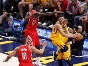 Clint Capela (Mitte) steht mit den Houston Rockets vor der Halbfinal-Qualifikation (Bild: KEYSTONE/EPA/GEORGE FREY)
