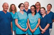 Das Milagro-Team (vorne von links): Felix Roth (Leiter Labor), Adriana Padula (Medizinische Praxisassistentin), Linda Khadir (Medizinische Praxisassistentin), Nina Kiep (Dr. med., Oberärztin), (hinten von links): Andrea Lachat (Administration), Remo Lachat (Dr. med., Leiter Milagro), Uta Schär (Ärztin und Akupunktur), Katja Drescher (Dr. med., Oberärztin). Bild: PD