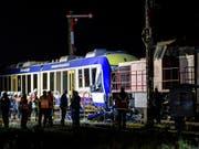 Der Frontalzusammenstoss eines Regional- und eines Güterzugs ereignete sich in Aichach rund 50 Kilometer westlich von München. (Bild: KEYSTONE/AP dpa/MATTHIAS BALK)