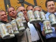 Der Preis für eine Mass Bier überschreitet dieses Jahr wohl die Elf-Euro-Marke. (Bild: KEYSTONE/EPA/ANDREAS GEBERT)