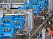 Nestlé Waters investiert an seinem Standort Henniez VD 25 Millionen Franken. (Bild: KEYSTONE/LAURENT GILLIERON)