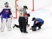 Die Eismeister müssen immer wieder Löcher flicken (Bild: KEYSTONE/SALVATORE DI NOLFI)