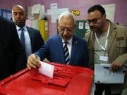 Der tunesische Anführer der islamisch-konservativen Partei Ennahda, Rached Ghannouchi, bei der Stimmabgabe am Sonntag in Tunis. (Bild: KEYSTONE/EPA/MOHAMED MESSARA)