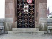 Das Käppelijoch in Basel ist inzwischen schwer behangen mit sogenannten Liebesschlössern. (Bild: KEYSTONE/GAETAN BALLY)