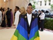 """Setzte an der Modegala """"Met"""" in New York ein politisches Zeichen: Schauspielerin Lena Waithe erschien in Regenbogenfarben in Anspielung auf die LGBT-Bewegung. (Bild: KEYSTONE/AP Invision/EVAN AGOSTINI)"""
